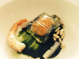 Tallarines de manzanilla con fondo de algas y gambas