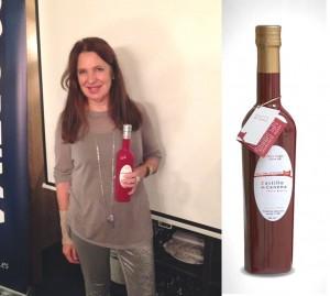 Sara Navarro, con la botella que diseñó para Castillo de Canena