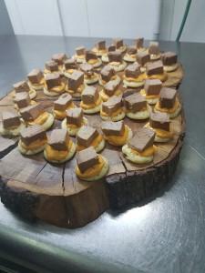 Blinis con emulsión de tomate y pimentón fino Reserva Familiar Arbequina y taco de atún confitado